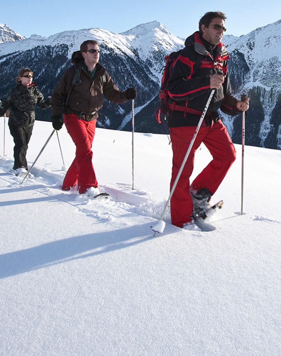 Schneeschuhwandern Tiefster Winter in Gehdistanz - dank der Bergbahn und dem Skibus sind alle Wege innert kürzester Zeit erreichbar.